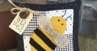 SUMMER BEE PILLOW - Primitive Hanger Vintage Quilt - Wool felt Bee Country Stitchery - Farmhouse